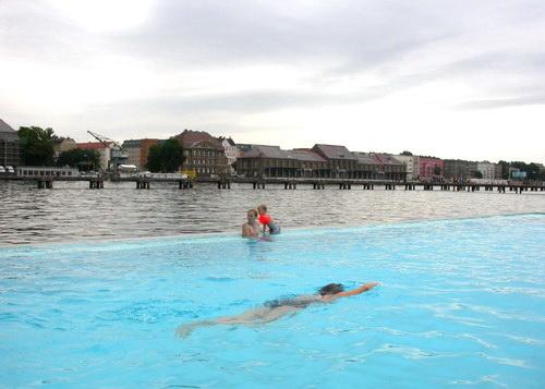 Badeschiff - плавающий бассейн в Берлине