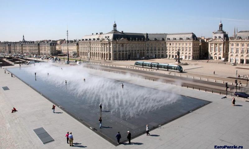 Водное зеркало в городе Бордо, Франция