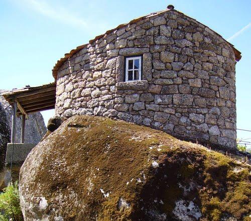 Монсанто - деревня среди валунов. Португалия
