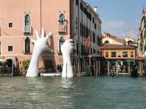 Поддержка - грандиозная инсталляция в Венеции